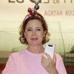 Ágatha Ruiz de la Prada posando como embajadora de un nuevo móvil