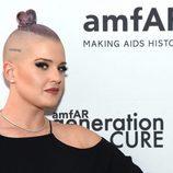 Kelly Osbourne en una Gala amfAR en Nueva York con la cabeza rapada y un moño