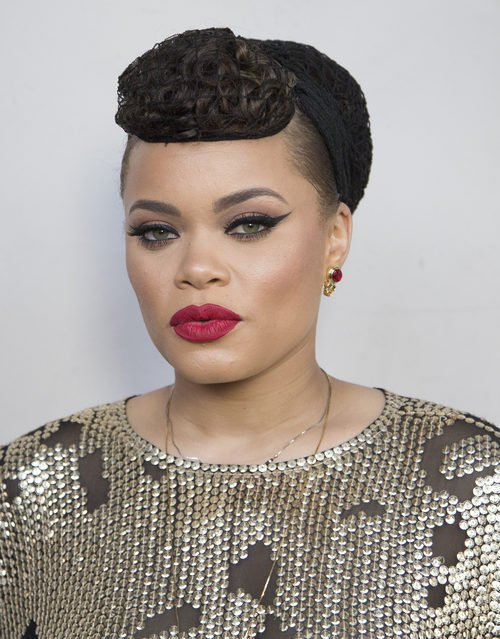 Andra Day en la gala de los Women Of Influence Awards 2016 con el pelo recogido