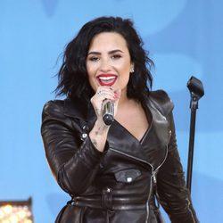 Demi Lovato luciendo melena actuando en directo en 'Good Morning America'