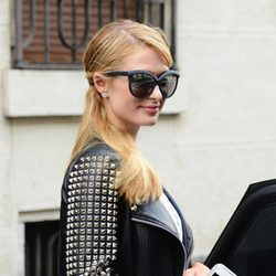 Paris Hilton con una coleta ladeada haciendo compras por Milan