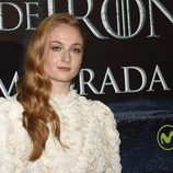 Sophie Turner con un peinado en estilo Old Hollywood