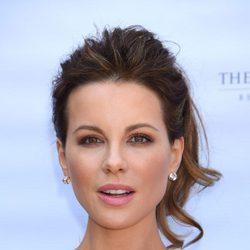 Kate Beckinsale con un beauty look en coleta