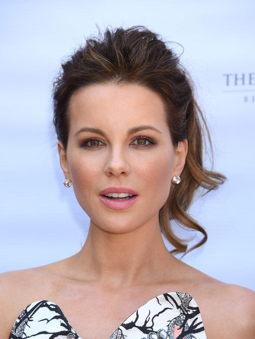 Kate Beckinsale con un beauty look en coleta