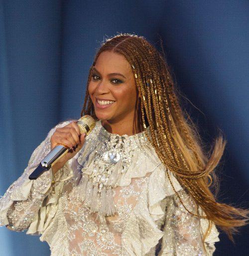 Beyoncé con un beauty look con peinado de cabello suelto con decoración trenzada