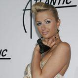 Paris Hilton con tupé de rulo