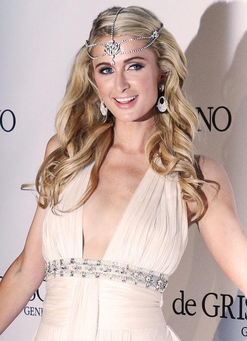 Paris Hilton con joyas decorativas de pelo