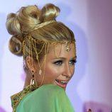 Paris Hilton con un recogido de bucles y joyas de pelo