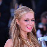 Paris Hilton con mechas rubias y castañas