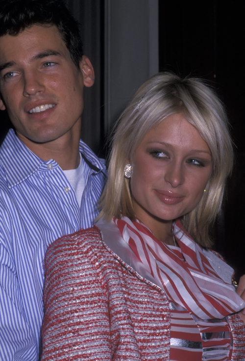 Paris Hilton con un corte bob rubio grisáceo
