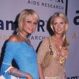 Paris Hilton con un corte bob rubio despeinado y orquillas