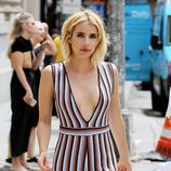 Emma Roberts paseando por Nueva York con un corte bob messy
