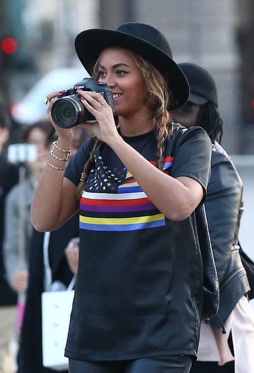 Beyoncé con trenzas y sombrero en París