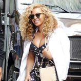 Beyoncé con raya al lado y pelo rizado