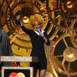 Lily Allen recogiendo un premio en los 'Brit Awards'