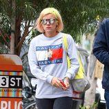 Lily Allen paseando por Los Ángeles con el pelo amarillo y naranja