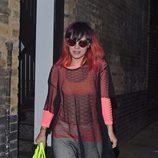 Lily Allen en Londres con el pelo negro y rojo