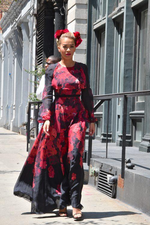 Rita Ora con flores en Nueva York