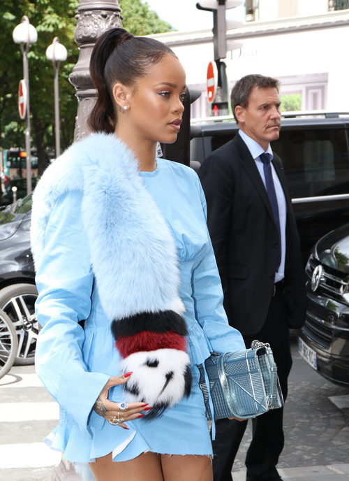 Rihanna en Paris de azul