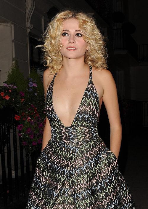 Pixie Lott con un vestido negro y de colores en Los Ángeles