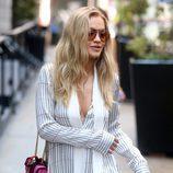 Rita Ora paseando por Nueva York con gafas de sol naranjas