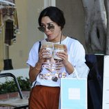 Vanessa Hudgens bebiendo café en West Hollywood