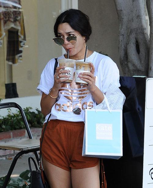 Vanessa Hudgens bebiendo café en West Hollywood