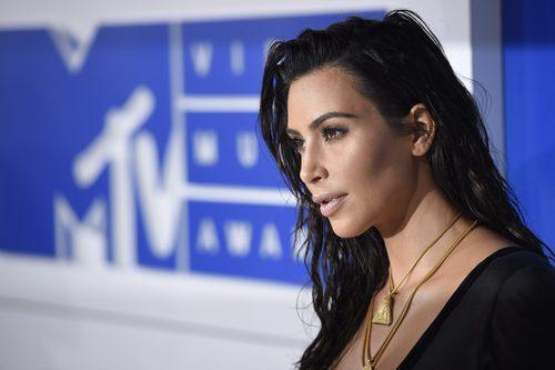 Kim Kardashian posando en los VMAs