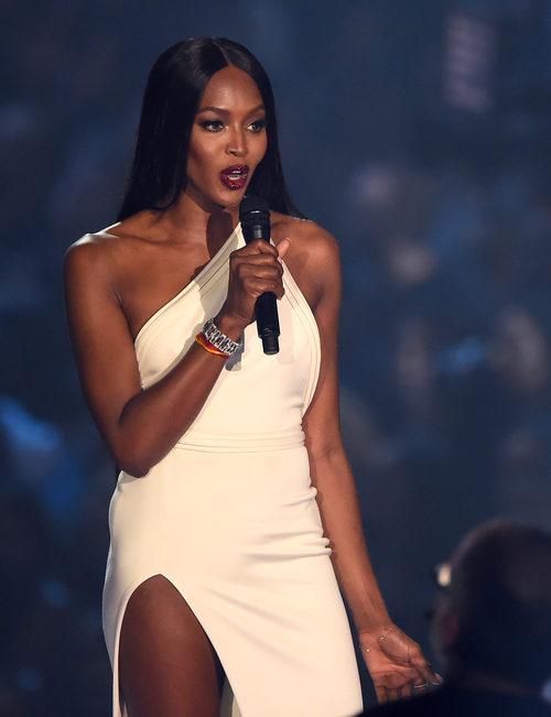 Naomi Campbell presentando en los MTV Video Music Awards