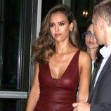 Jessica Alba en Nueva York con un vestido rojo de cuero