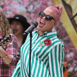 Pink actuando en Hollywood Boulevard