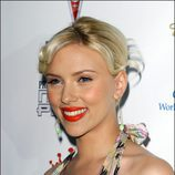 Scarlett Johansson con tirabuzones y el pelo rubio