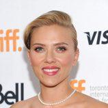 Scarlett Johansson con el flequillo peinado hacia atrás