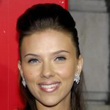 Scarlett Johansson con un tupé y tirabuzones