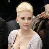 Scarlett Johansson con un tupé y el pelo de punta