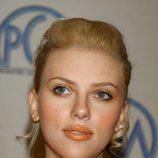 Scarlett Johansson con un pintalabios naranja