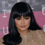Kylie Jenner con el pelo negro brillante y flequillo
