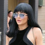 Kylie Jenner con gafas de sol y flequillo