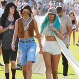 Kylie Jenner con el pelo azul y una gorra marrón