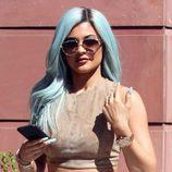 Kylie Jenner con una peluca de pelo azul