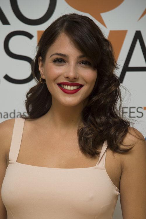 Andrea Duro con un labial rojo mate