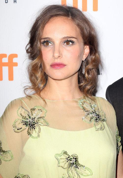 Natalie Portman con un peinado encrespado