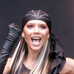 Victoria Beckham con un pañuelo en la cabeza