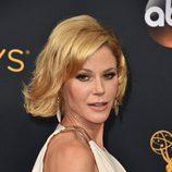 Julie Bowen con el pelo tieso hacia atrás
