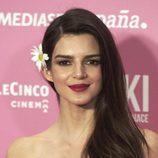 Clara Lago con una flor en el pelo