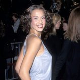 Jessica Alba con el pelo rizado y horquillas en la zona de la frente