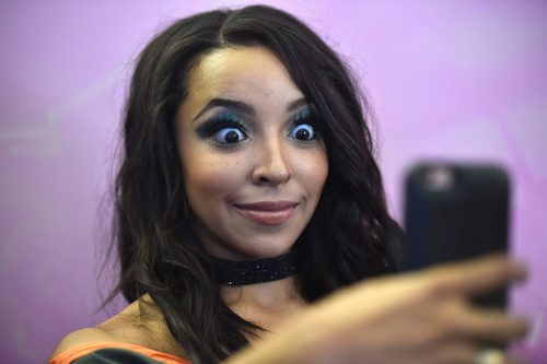 Tinashe con un smokey eye sin dfuminar