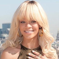 Rihanna de premiere al natural