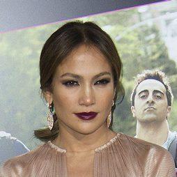 Jennifer Lopez da color a sus labios