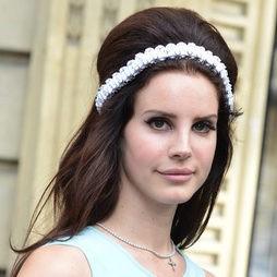Lana del Rey deja a un lado las coronas de flores